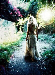 dziewczyna w ogrodzie