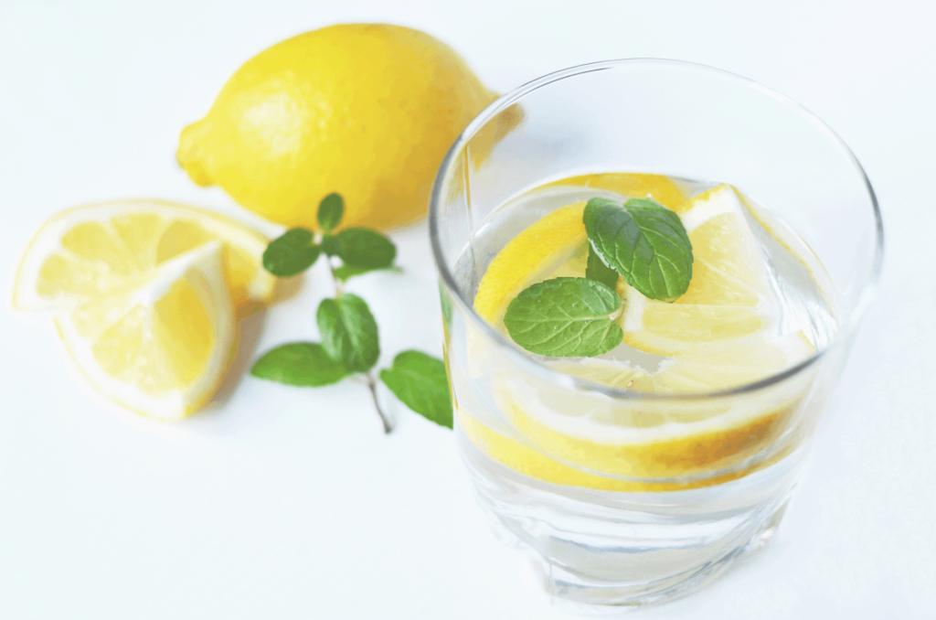 higiena snu - przed snem pij wodę