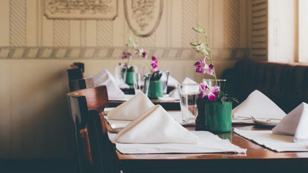 obiady czwartkowe stół z nakryciem