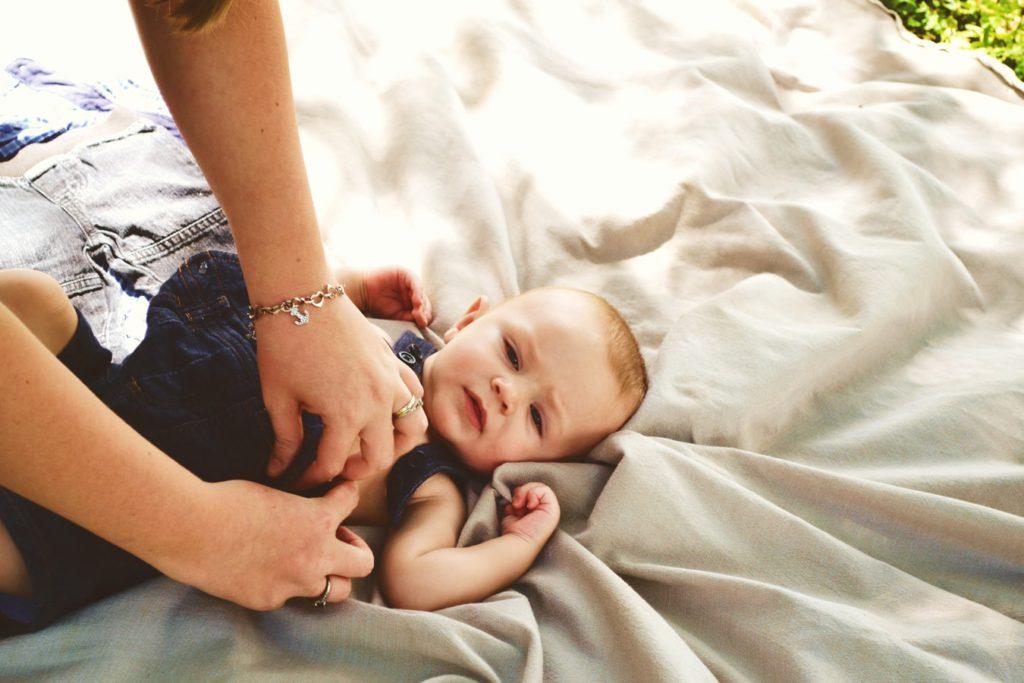 przewijanie dziecka na łóżku