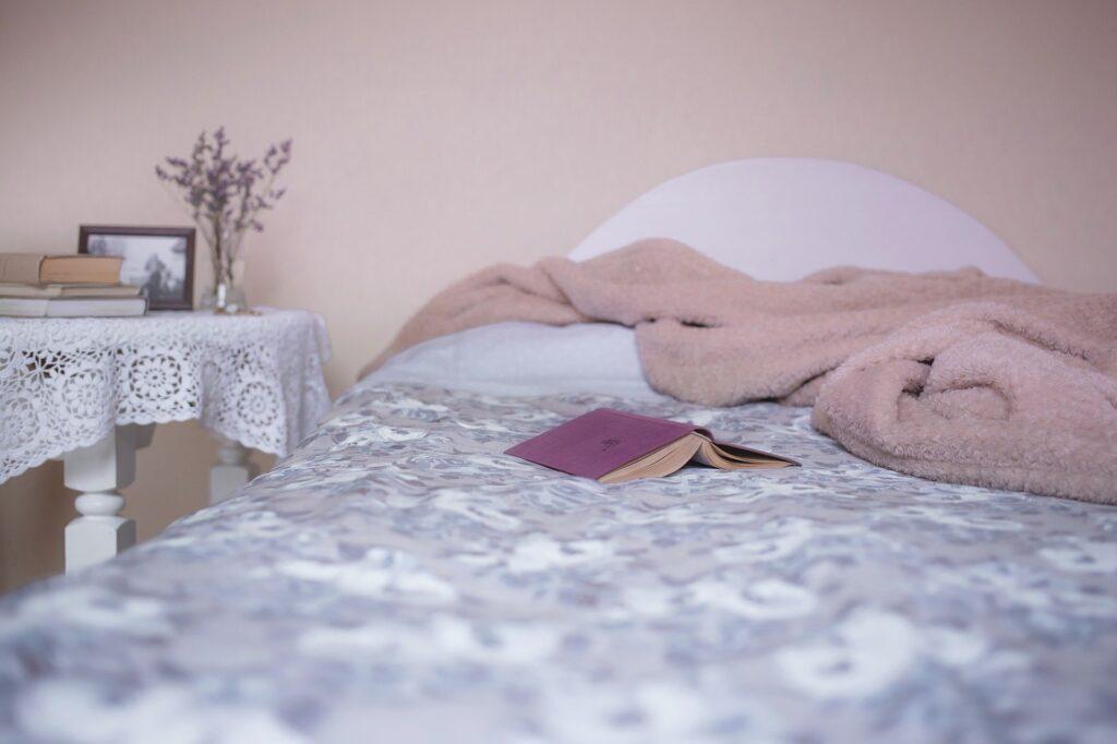 biała pościel rozłożona na łóżku