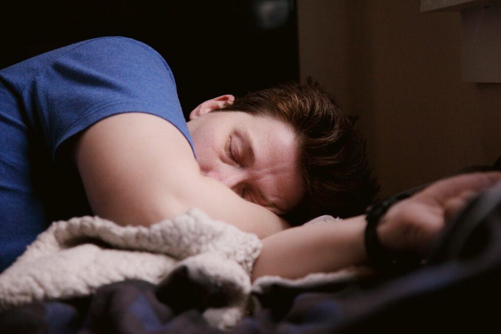 narkolepsja - mężczyzna śpi na kurtce